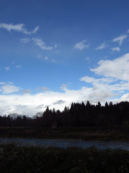 雲の動きが早く、水無川の向こうには青空が見えてきました