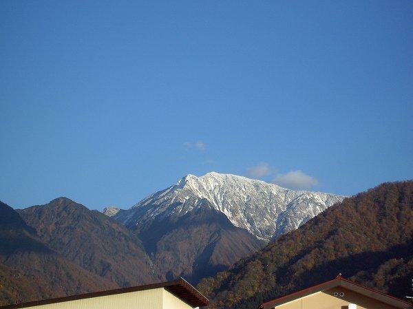 駒ケ岳を覆っていた雲が去って、雪化粧した山頂付近がはっきりと見えます