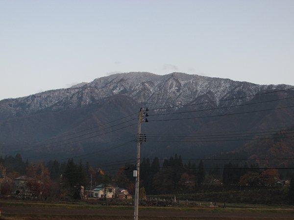 田んぼのすぐ向こうの山も上の方で雪が降りました