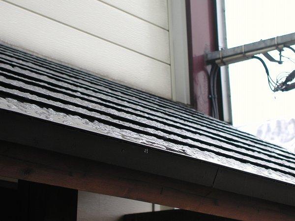 屋根に積もった雪はすぐに消えそうです