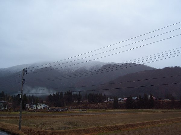 山の雪がだんだん下まで降りてきています