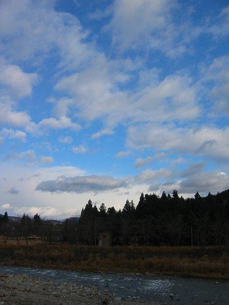 今朝は穏やかで青空が見えています