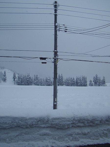 道路脇の雪の壁が高くなりました