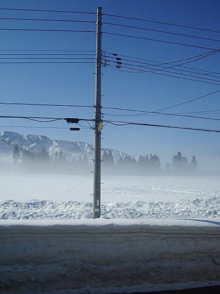 魚沼産コシヒカリの田んぼでは霧が晴れてまぶしい朝日と青空が見えてきました