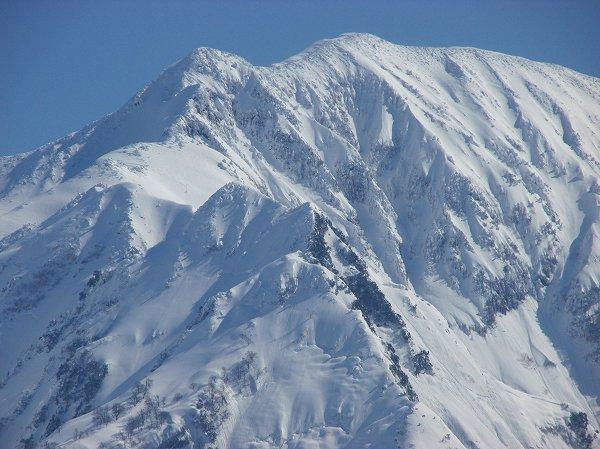 駒ケ岳の中腹で雪解けが進んでいるように見えます