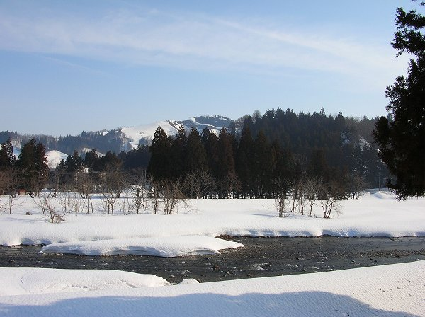 水無川に澄んだ雪解け水が流れています