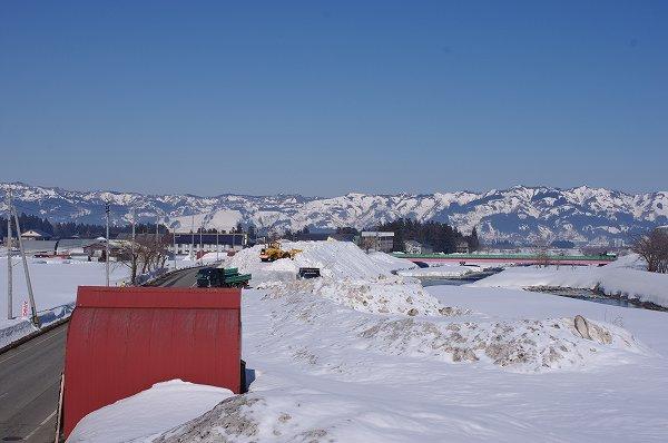 水無川の雪捨て場にはどんどん雪が運び込まれてきます