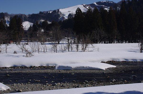 水無川には澄んだ雪解け水が流れています