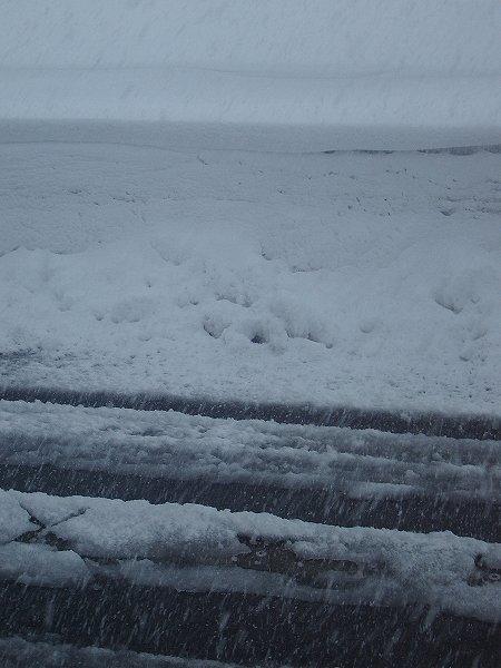 新潟県南魚沼市は激しく雪が降って視界が悪くなっています