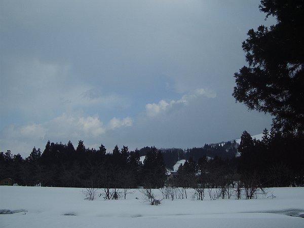 雲の向こうに青空が見えています