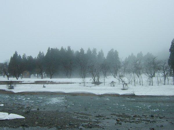 雪解けが進んで水無川の土手がたくさん見えています