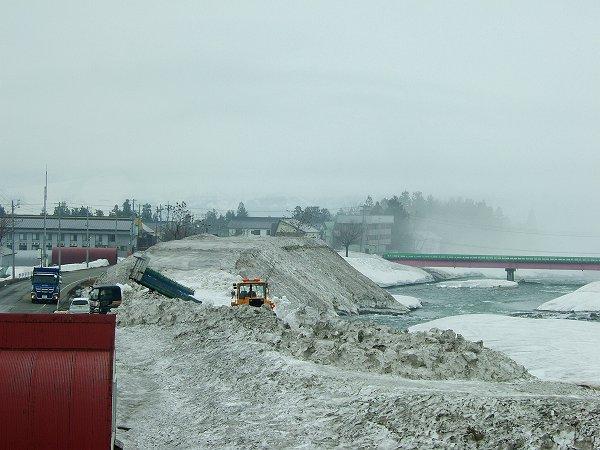 水無川の雪捨て場には今日もダンプが雪を運んできています