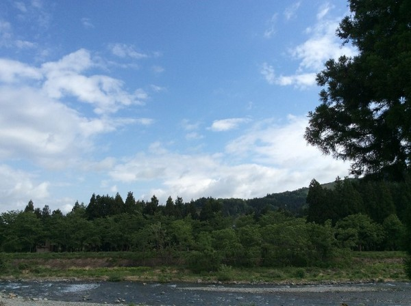 雨上がりで雲が多いですが、青空も見えています
