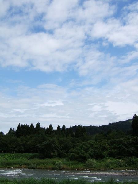 北の空には青空が見えています