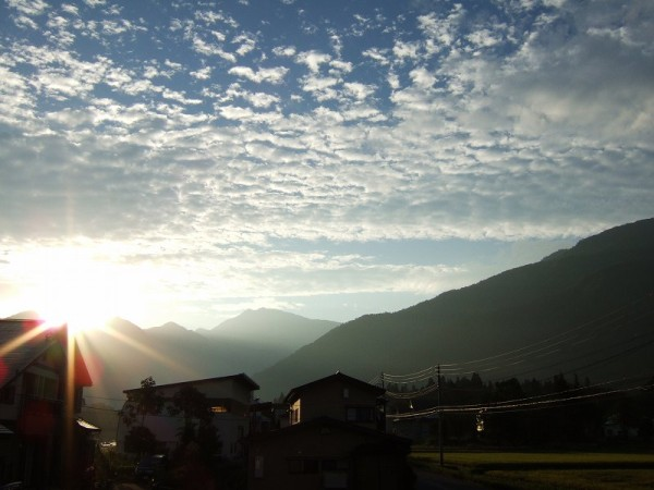水無渓谷の向こうからまぶしい朝日が昇ってきました
