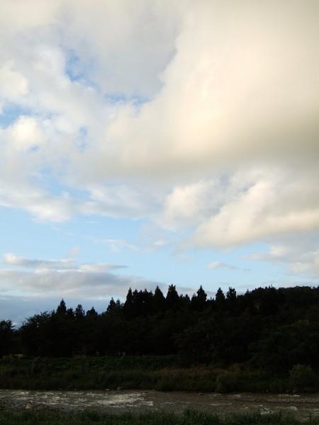 雨が止んで明るい夕日が見えてきました