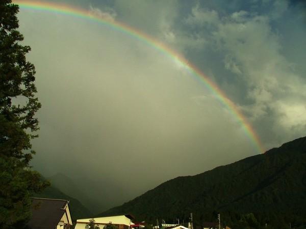 東の空にきれいな虹が架かっています