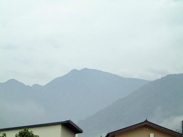 駒ケ岳の山頂はまだ白くなっていないようです