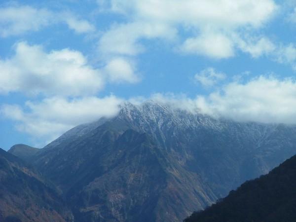 駒ケ岳の山頂に雪が降って白くなっています