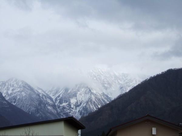 雲のすき間から雪化粧した駒ケ岳が見えています