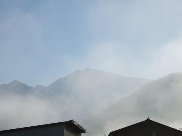 霧が晴れて駒ケ岳が見えてきました