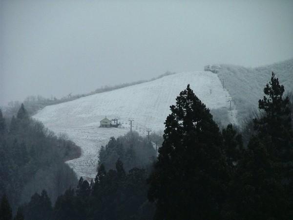 八海山麓スキー場のゲレンデが白くなっています