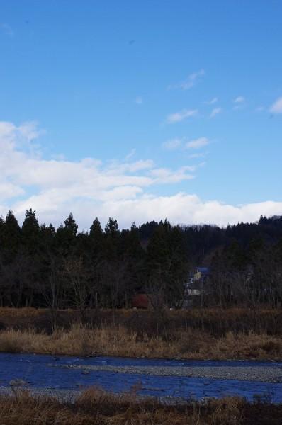弱い雨降りですが、青空も見えています