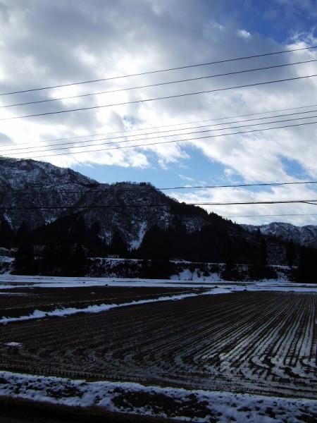 新潟県南魚沼市では青空が広がってまぶしい陽ざしが見えています
