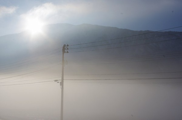 気温が低く田んぼが霧で覆われています