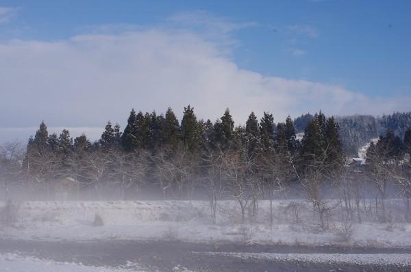気温が低く水無川が霧で覆われています