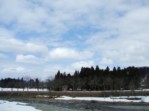 新潟県南魚沼市は春を感じさせる天気で青空も見えています
