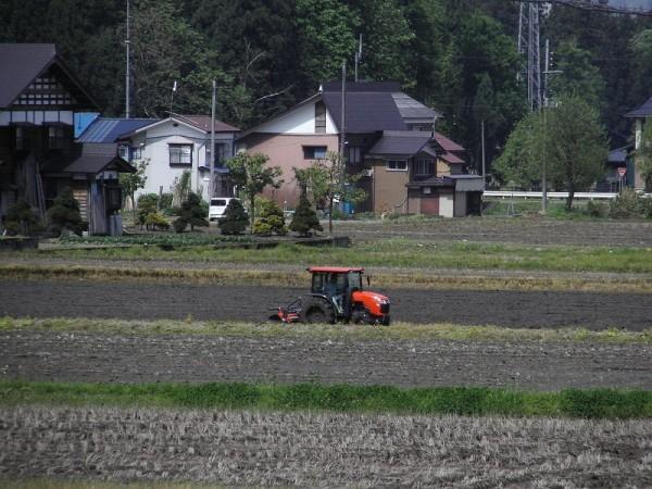 トラクターの田起こし作業が始まりました