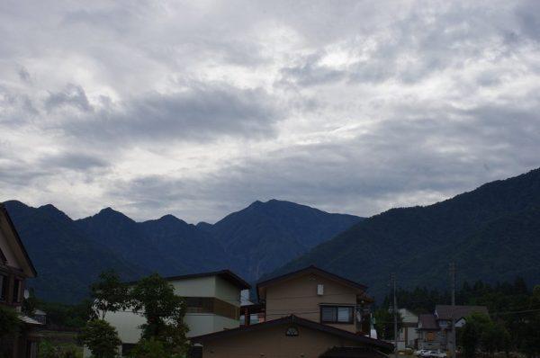 駒ケ岳の稜線がくっきりと見えています