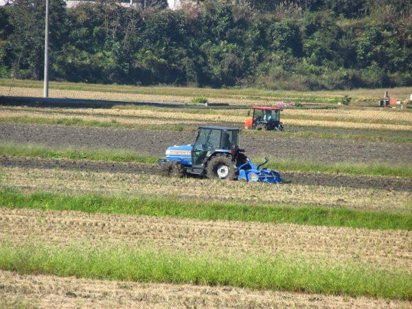 来年の稲作に向けてトラクターで作業を行っています