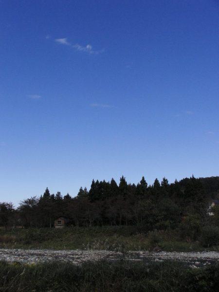 晩秋の青い空と水無川