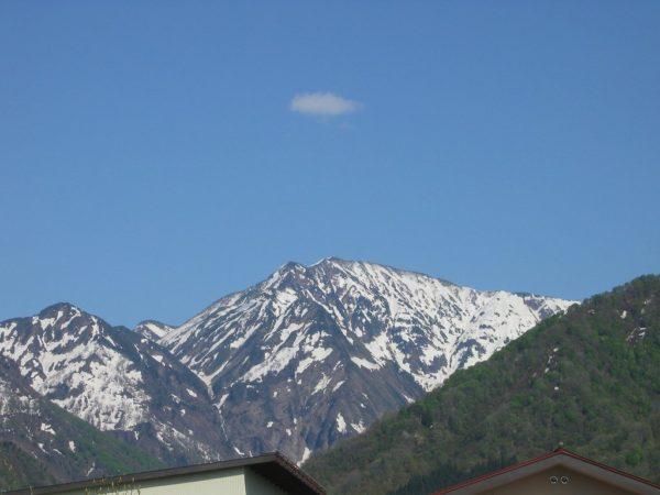 駒ケ岳の残雪がだんだん少なくなってきました